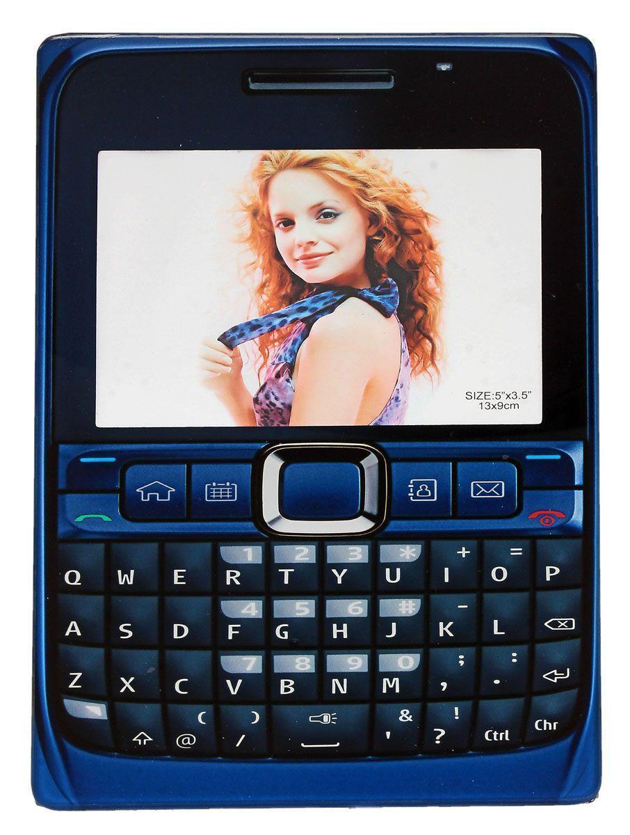 Фоторамка Sima-land Под телефон, цвет: синий, 9 см х 13 см614702Декоративная фоторамка Sima-land Под телефон выполнена из стекла и оформлена в виде мобильного телефона. Обратная сторона рамки оснащена специальной ножкой, благодаря которой ее можно поставить на стол или любое другое место в доме или офисе. Такая фоторамка украсит ваш интерьер необычным образом, а также позволит сохранить память о дорогих вам людях и интересных событиях вашей жизни. С ней вы сможете не просто внести в интерьер своего дома элемент оригинальности, но и создать атмосферу загадочности и изысканности.