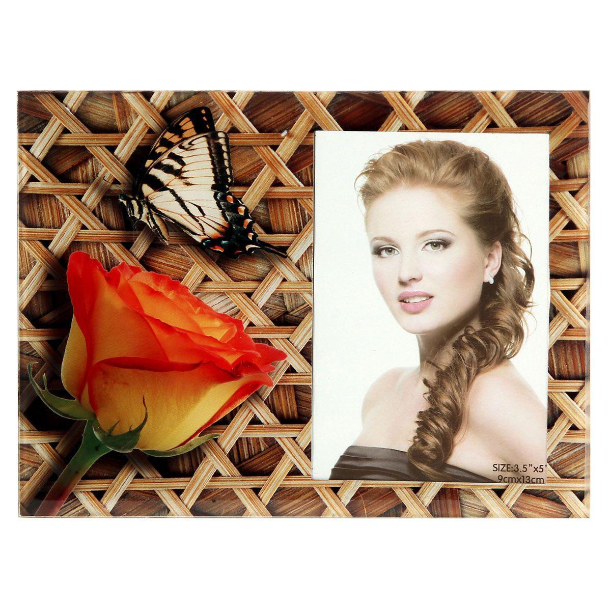 Фоторамка Sima-land Роза с бабочкой на плетенке, цвет: коричневый, 9 х 13 см843748Декоративная фоторамка Sima-land Роза с бабочкой на плетенке выполнена из стекла и декорирована изображениями розы и бабочки. Обратная сторона рамки оснащена специальной ножкой, благодаря которой ее можно поставить на стол или любое другое место в доме или офисе. Такая фоторамка украсит ваш интерьер оригинальным образом, а также позволит сохранить память о дорогих вам людях и интересных событиях вашей жизни. С ней вы сможете не просто внести в интерьер своего дома элемент оригинальности, но и создать атмосферу загадочности и изысканности.