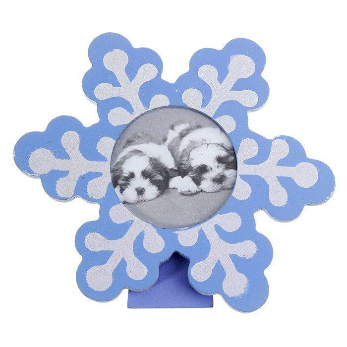 Новогодняя фоторамка Sima-land Снежинка, 7 х 7 см154311Декоративная фоторамка Sima-land Снежинка выполнена из дерева в форме красивой снежинки, украшенной блестками. Обратная сторона рамки оснащена специальной ножкой, благодаря которой ее можно поставить на стол или любое другое место в доме или офисе. Фоторамка Sima-land Снежинка - это отличный подарок, подчеркивающий яркую индивидуальность того, кому он предназначается. Некоторые вещи мы вряд ли когда - то купим себе сами. Но, будучи подаренными друзьями или родными, они доставляют нам массу удовольствия.