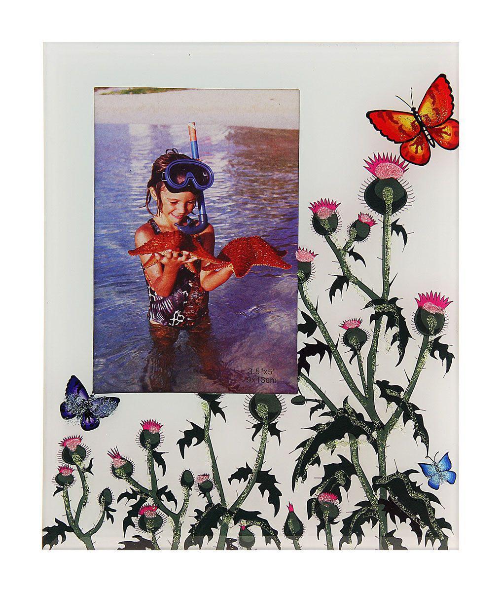 Фоторамка Sima-land Шотландия, цвет: белый, зеленый, розовый, 9 х 13 см763455Декоративная фоторамка Sima-land Шотландия выполнена из стекла и декорирована изображением в виде цветущего репейника и разноцветных бабочек. Поверх стекла вдоль рисунка нанесены блестки. Обратная сторона рамки оснащена специальной ножкой, благодаря которой ее можно поставить на стол или любое другое место в доме или офисе. Такая фоторамка украсит ваш интерьер необычным образом, а также позволит сохранить память о дорогих вам людях и интересных событиях вашей жизни. С ней вы сможете не просто внести в интерьер своего дома элемент оригинальности, но и создать атмосферу загадочности и изысканности.