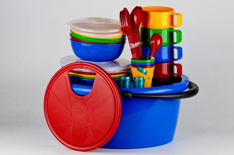 Набор посуды Solaris, в контейнере, на 4 персоныS1403Компактный минималистичный набор посуды Solaris на 4 персоны, в удобном контейнере с ручкой. Свойства посуды: Посуда из ударопрочного пищевого полипропилена предназначена для многократного использования. Легкая, прочная и износостойкая, экологически чистая, эта посуда работает в диапазоне температур от -25°С до +110°С. Можно мыть в посудомоечной машине. Эта посуда также обеспечивает: Хранение горячих и холодных пищевых продуктов; Разогрев продуктов в микроволновой печи; Приготовление пищи в микроволновой печи на пару (пароварка); Хранение продуктов в холодильной и морозильной камере; Кипячение воды с помощью электрокипятильника. Состав набора: Контейнер с крышкой объемом 9 л. 4 миски объемом 0,6 л. 2 крышки к миске. 4 тарелки. 2 крышки к тарелке. 4 чашки объемом 0,28 л. 4 стакана объемом 0,1 л. 4 вилки. 4 ложки столовые. 4 ножа. 4 чайные ложки. 2 солонки/перечницы. ...