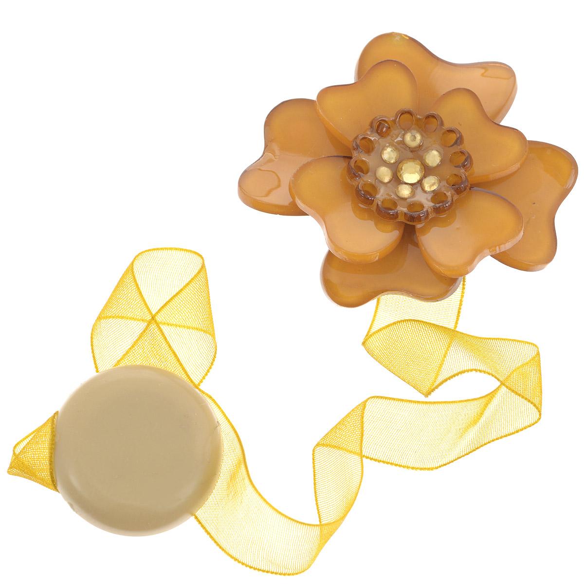 Клипса-магнит для штор Calamita Fiore, цвет: карамельный, золотистый. 7704008_7077704008_707Клипса-магнит Calamita Fiore, изготовленная из пластика и текстиля, предназначена для придания формы шторам. Изделие представляет собой два магнита, расположенных на разных концах текстильной ленты. Один из магнитов оформлен декоративным цветком и украшен стразами. С помощью такой магнитной клипсы можно зафиксировать портьеры, придать им требуемое положение, сделать складки симметричными или приблизить портьеры, скрепить их. Клипсы для штор являются универсальным изделием, которое превосходно подойдет как для штор в детской комнате, так и для штор в гостиной. Следует отметить, что клипсы для штор выполняют не только практическую функцию, но также являются одной из основных деталей декора этого изделия, которая придает шторам восхитительный, стильный внешний вид. Материал: пластик, полиэстер, магнит. Диаметр декоративного цветка: 5 см. Диаметр магнита: 2,5 см. Длина ленты: 28 см.