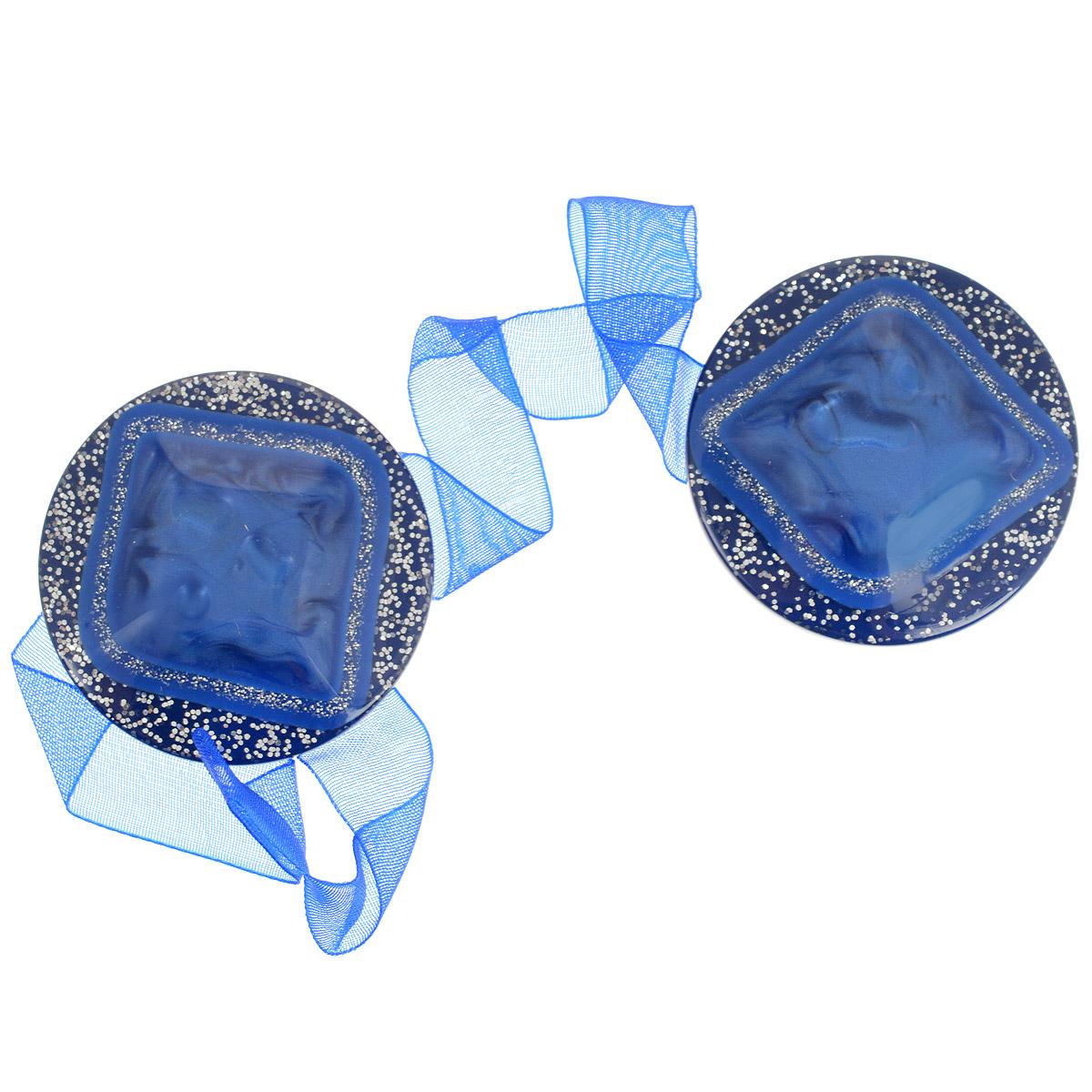 Клипса-магнит для штор Calamita Fiore, цвет: яркий василек. 7704019_7927704019_792Клипса-магнит Calamita Fiore, изготовленная из пластика и текстиля, предназначена для придания формы шторам. Изделие, декорированное блестками, представляет собой два магнита круглой формы, расположенных на разных концах текстильной ленты. С помощью такой магнитной клипсы можно зафиксировать портьеры, придать им требуемое положение, сделать складки симметричными или приблизить портьеры, скрепить их. Клипсы для штор являются универсальным изделием, которое превосходно подойдет как для штор в детской комнате, так и для штор в гостиной. Следует отметить, что клипсы для штор выполняют не только практическую функцию, но также являются одной из основных деталей декора этого изделия, которая придает шторам восхитительный, стильный внешний вид. Диаметр клипсы: 4 см. Длина ленты: 28 см.