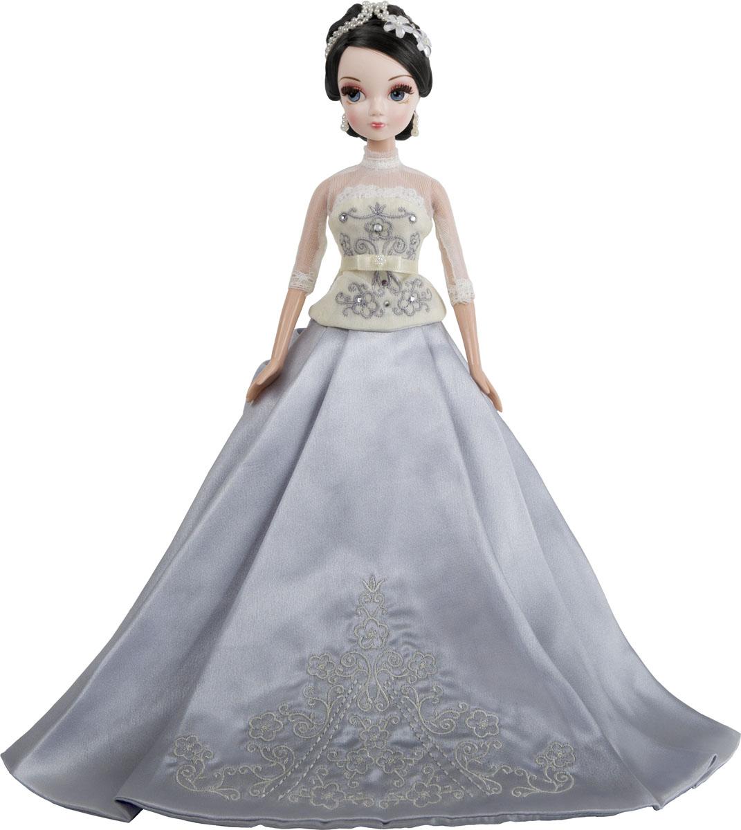 Sonya Rose Кукла Gold Collection Зимняя сказкаR9086NОчаровательная кукла для игр маленьких принцесс. Кукла Sonya Rose - шикарная девочка, которая никогда не останется незамеченной. Ее шикарные волосы темные и уложены в оригинальную прическу, которая декорирована аксессуаром белого цвета. Платье куклы состоит из бледно бежевого корсета, вышитого стразами, с прозрачными вставками на руках и груди и грациозную белоснежную юбку в пол, украшенную снизу кружевом. Куклы от Sonya Rose всегда становятся оригинальным подарком для малышки. Эта игрушка подвижна в руках малышки, что делает игры более реалистичными и увлекательными, ведь такую куклу можно усадить на стул, наклонять ее голову, двигать ее ручками и ножками. Все куклы Sonya Rose отличаются роскошными нарядами, способствуя развитию эстетического вкуса ребенка. В процессе игры ребенок развивает мелкую моторику, воображение и тактильные ощущения. Продукция сертифицирована, экологически безопасна для ребенка, использованные...