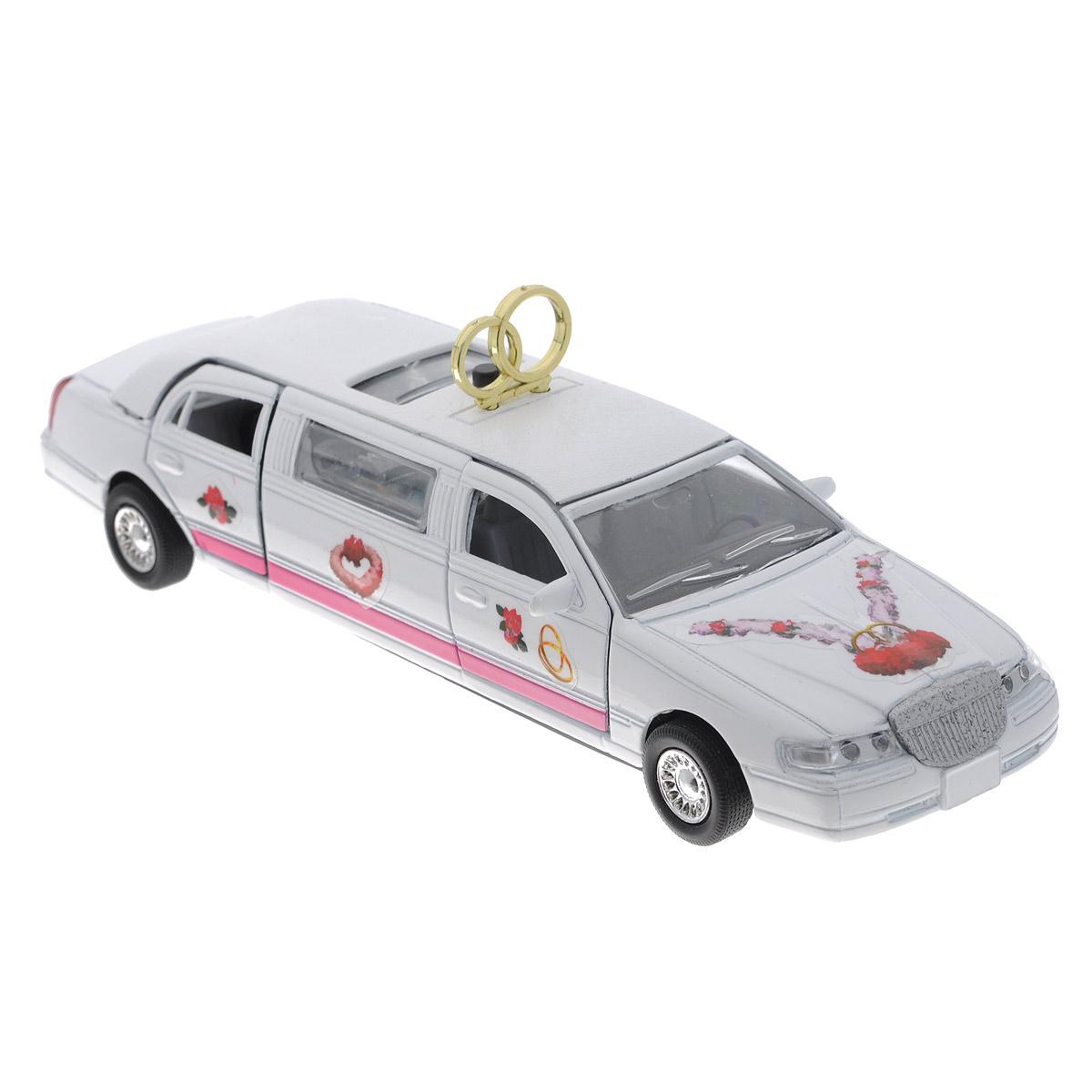 ТехноПарк Свадебный лимузин инерционныйCT10-105-LМашинка ТехноПарк Свадебный лимузин, выполненная из пластика и металла в виде лимузина, станет любимой игрушкой вашего малыша. Игрушка представляет собой модель роскошного свадебного лимузина. Передние и задние дверцы, а также люк на крыше открываются. При нажатии кнопки на крыше машинки подсвечивается салон и звучит веселая мелодия или звук работающего двигателя. Игрушка оснащена инерционным ходом. Машинку необходимо отвести назад, затем отпустить - и она быстро поедет вперед. Прорезиненные колеса обеспечивают надежное сцепление с любой гладкой поверхностью. Ваш ребенок будет часами играть с этой игрушкой, придумывая различные истории. Порадуйте его таким замечательным подарком! Машинка работает от батареек (товар комплектуется демонстрационными).