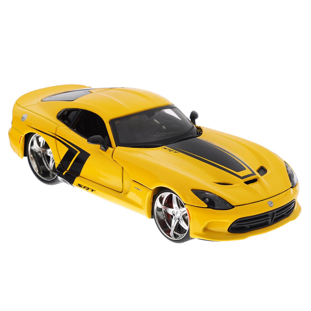 Коллекционная модель Maisto Dodge SRT Viper GTS 2013, цвет: желтый. Масштаб 1/2431363Коллекционная модель Maisto Dodge SRT Viper GTS 2013 - миниатюрная копия настоящего автомобиля. Стильная модель автомобиля привлечет к себе внимание не только детей, но и взрослых. Модель имеет литой металлический корпус с высокой детализацией двигателя, интерьера салона, дисков, протекторов, выхлопной системы, оснащена колесами из мягкой резины. У машинки открываются дверцы и капот. Игрушка в точности повторяет модель оригинальной техники, подробная детализация в полной мере позволит вам оценить высокую точность копии этой машины! Такая модель станет отличным подарком не только любителю автомобилей, но и человеку, ценящему оригинальность и изысканность, а качество исполнения представит такой подарок в самом лучшем свете.