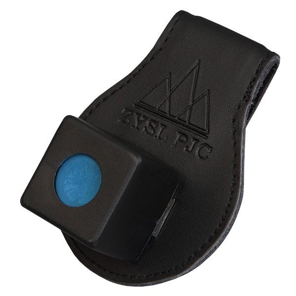 Держатель для бильярдного мела Fortuna R1, магнитный, кожаный04676Удобный аксессуар Fortuna R1, состоящий из прищепки, которую можно закрепить на поясе, и компактного пенальчика для мела, удерживающегося на прищепке посредством магнита. Мел всегда под рукой, но не мешает на игровой поверхности. Кроме того, футляр, в котором располагается мелок, убережет пальцы игрока от пачкающих все вокруг следов мела.