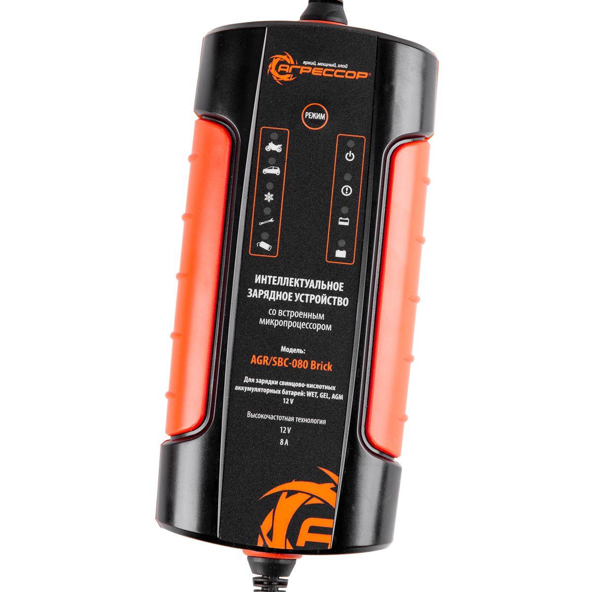 Устройство зарядное цифровое Autoprofi Агрессор, 9 фаз зарядки, ток зарядки 8 АAGR/SBC-080 BrickВысокочастотное зарядное устройство Autoprofi Агрессор подходит для всех типов аккумуляторных батарей – встроенный микропроцессор позволяет установить для каждого типа свой режим. Компактное зарядное устройство имеет девять ступеней зарядки, за счет этого полностью разряженную батарею можно зарядить до 100% от первоначальной емкости. Кроме того, устройство автоматически очищает клеммы от сульфатов, которые остаются на них в процессе электролиза и заряжает потекшие батареи. Рабочие характеристики не снижаются при низких температурах. Устройство может сколь угодно долго оставаться подключенным к аккумулятору, поддерживая требуемый заряд. Оно снащено защитой от короткого замыкания и образования искр. Зарядное устройство имеет три вида контактных клемм: зажимы, разъем для подключения к прикуривателю и кольцо (петелька). Напряжение: AC 220-240В, 50-60 Гц. Номинальная сила тока: 0,65 А. Ток зарядки: 12В/2 А, 8 А.