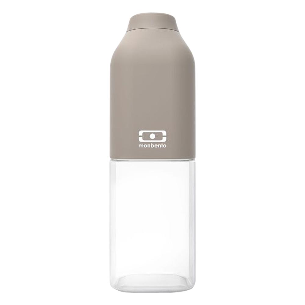 Бутылка для воды Monbento Positive, цвет: серый, 500 мл1011 01 010Бутылка для воды Monbento Positive изготовлена из безопасного пищевого пластика (BPA free). Одна половина бутылки - прозрачная, вторая оснащена цветным покрытием Soft touch, благодаря чему ее приятно держать в руке. Изделие оснащено герметичной закручивающейся крышкой. Такая идеальная бутылка небольшого размера, но отличной вместимости наполняет оптимизмом, даря заряд позитива и хорошего настроения. Многоразовая бутылка пригодится в спортзале, на прогулке, дома, на даче - в общем, везде! Забудьте про одноразовые пластиковые емкости - они некрасивые, да и засоряют окружающую среду. А такая красота в руках точно привлечет взгляды окружающих. Нельзя мыть в посудомоечной машине. Высота бутылки (с учетом крышки): 19 см. Размер дна: 6 см х 6 см.