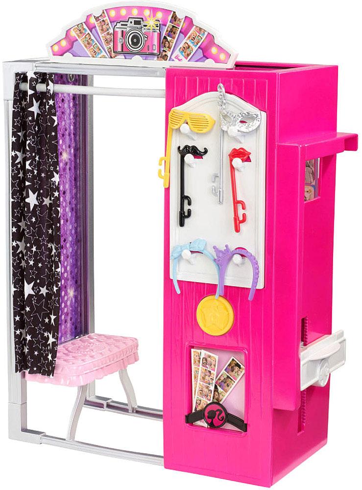 Barbie Мебель для кукол ФотобудкаCFB46_CFB48Игровой набор Barbie Фотобудка непременно понравится вашей малышке. Барби вместе с сестрами решили провести незабываемый день вместе. Фотобудка выполнена в современном стиле Барби, занавеска оформлена принтом в виде звезд, а внутри обязательно найдутся все необходимые аксессуары для интересной и творческой игры. В Фотобудке кукол можно фотографировать в разных позах, а можно даже сфотографироваться с ними! Куклы в комплект не входят.