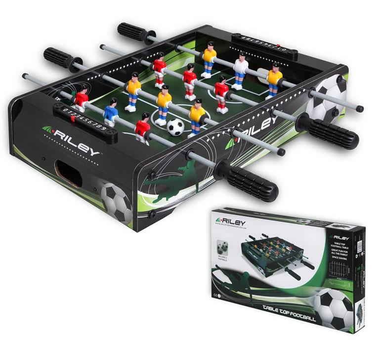 Riley Настольная игра Футбол Кикер06465Настольная игра для детей и взрослых. Футбольное поле выполнено достаточно реалистично, с настоящей разметкой. Размер игрового поля: 35,5х27,5 см. Диаметр мяча: 28 мм, в комплекте 2 штуки. Диаметр штанги:7,9 мм (не телескопическая). Материал: МДФ, пластик. Упаковка: картонная коробка.