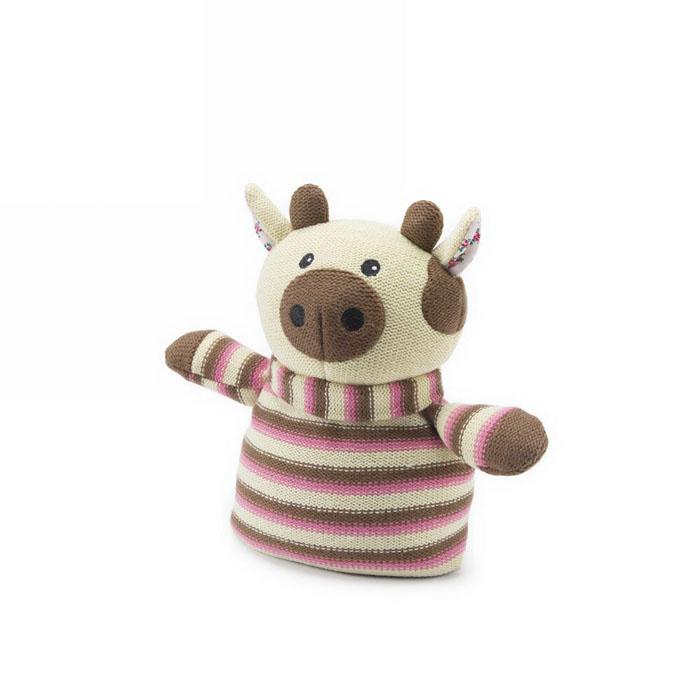 Вязаная игрушка-грелка Warmies Коровка, цвет: бежевый, розовыйKNI-COW-1Вязанная игрушка-грелка Warmies Коровка, предназначенная для тепловых процедур, обязательно поднимет настроение своему обладателю. Грелка, выполненная из вязаного текстиля в виде забавной полосатой коровки, привлечет внимание не только ребенка, но и взрослого, и сделает процесс использования грелки приятным и комфортным. Игрушка полностью безопасна - состоит из натурального наполнителя: зерен проса и сушеной лаванды. Просо удерживает тепло долгое время, а лаванда обладает успокаивающим, расслабляющим эффектом, помогает заснуть. Лечебные свойства лаванды помогают при простудных заболеваниях. Положите игрушку на 1-2 минуты в микроволновую печь, и она будет греть вас на протяжении 3-4 часов. Оригинальный стиль и великолепное качество исполнения делают эту игрушку-грелку чудесным подарком к любому празднику. Не стирать, протирать влажной тряпкой. Наполнитель: обработанные зерна проса, высушенная лаванда. Для детей от 3-х лет.