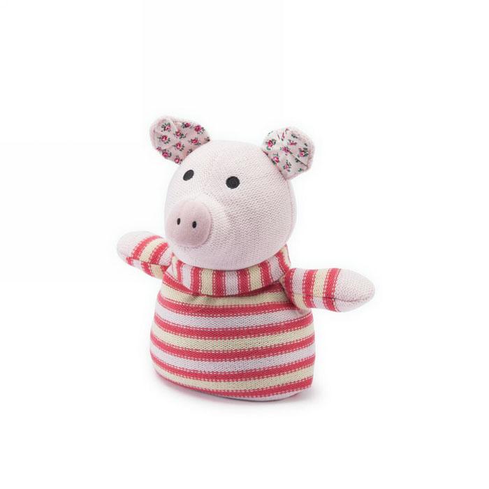 Вязаная игрушка-грелка Warmies Поросенок, цвет: розовый, красныйKNI-PIG-1Вязанная игрушка-грелка Warmies Поросенок, предназначенная для тепловых процедур, обязательно поднимет настроение своему обладателю. Грелка, выполненная из вязаного текстиля в виде забавного полосатого поросенка, привлечет внимание не только ребенка, но и взрослого, и сделает процесс использования грелки приятным и комфортным. Игрушка полностью безопасна - состоит из натурального наполнителя: зерен проса и сушеной лаванды. Просо удерживает тепло долгое время, а лаванда обладает успокаивающим, расслабляющим эффектом, помогает заснуть. Лечебные свойства лаванды помогают при простудных заболеваниях. Положите игрушку на 1-2 минуты в микроволновую печь, и она будет греть вас на протяжении 3-4 часов. Оригинальный стиль и великолепное качество исполнения делают эту игрушку-грелку чудесным подарком к любому празднику. Не стирать, протирать влажной тряпкой. Наполнитель: обработанные зерна проса, высушенная лаванда. Для детей от 3-х...