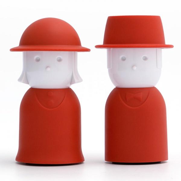 Набор для специй Qualy Mr. Pepper & Mrs. Salt, цвет: красный, 2 предметаQL10054-RDНабор Qualy Mr. Pepper & Mrs. Salt, состоящий из солонки и перечницы, изготовлен из пластика с прорезиненным покрытием. Емкости выполнены в виде человечков и оснащены крышками. Солонка и перечница легки в использовании: стоит только перевернуть емкости, и вы с легкостью сможете поперчить или добавить соль по вкусу в любое блюдо. Дизайн, эстетичность и функциональность набора позволят ему стать достойным дополнением к кухонному инвентарю. Размер емкости: 4 см х 4,5 см х 9 см.