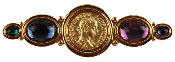 """Винтажная брошь Римская монета от CAURA. Ювелирный сплав, стеклянные кабошоны. Великобритания, CAURA, вторая половина ХХ векаfbl-101bВинтажная брошь Римская монета от CAURA. Ювелирный сплав, стеклянные кабошоны. Великобритания, CAURA, вторая половина ХХ века. Сохранность хорошая. Размер броши 8 х 3. Очень красивая и необычная брошь!!! брошь выполнена из высококачественного ювелирного сплава. Поверхность глянцевая , гладкая, блестящая. Центральный элемент броши- в виде монеты Римской империи с ликом императора. Боковые элементы украшения - стеклянные кабошоны овальной формы различных размеров. > Компания The CAURA была основана в Великобритании в середине ХХ века. Украшения можно узнать по круглому картушу с подписью """"С"""", некоторые из украшений маркированы литерой и серийным номером. Ювелирные изделия этой компании в настоящее время стали коллекционными, поскольку компания прекратила свою деятельность. Как загадки Римской империи будут всегда интересны, так и несомненно, классические украшения никогда не выдут из моды."""