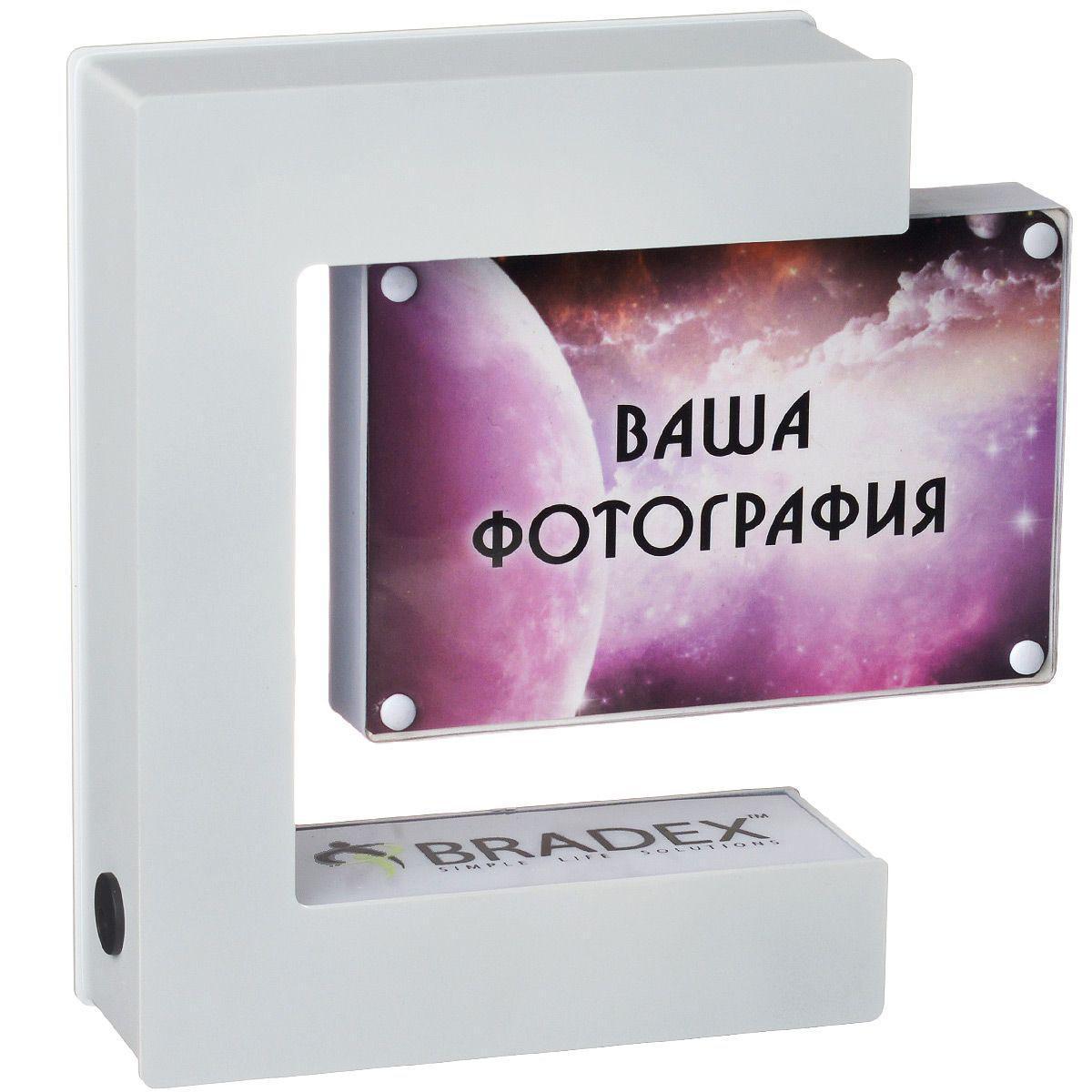 Фоторамка левитирующая Bradex ГалатеяTD 0192Фоторамка Bradex Галатея выполнена из высококачественного пластика. Вашему другу или коллеге, безусловно, понравится рамка для фото, которая парит в воздухе. Принцип такого волшебства довольно прост и не противоречит основным законам физики. Работа летающей электромагнитной фоторамки основана на выталкивании встроенного в фоторамку магнита магнитным же полем, которое создается подставкой. При выключении электричества фоторамка прилипает к верхней части подставки. Также фоторамка имеет встроенную подсветку, что придаст в темное время суток особый колорит этому предмету интерьера. Имеется возможность вставить две фотографии стандартных размеров с двух сторон рамки, а если рамку раскрутить во включенном состоянии, то вы сможете наслаждаться красивой панорамой меняющихся фото. Оригинальное решение для любого интерьера дома или в офисе.