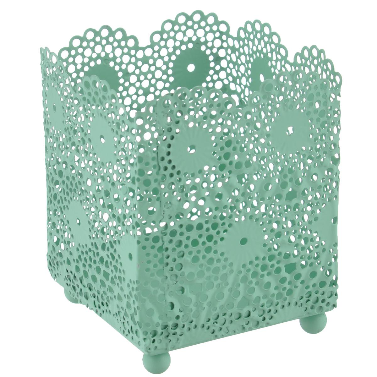 Подсвечник Blossom Line Кружево, цвет: мятный, 6,5 х 6,5 х 8,5 смBL0070113Оригинальный подсвечник Blossom Line Кружево изготовлен из металла и оформлен перфорацией в виде кружева. Благодаря чему в комнате при горении свечи будет создаваться особое завораживающее мерцание. Вы можете поставить подсвечник в любом понравившемся вам месте. Размер подсвечника: 6,5 см х 6,5 см. Высота подсвечника: 8,5 см.