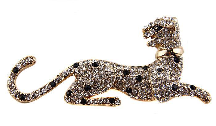 Брошь Отдыхающий леопард в стиле Картье. Бижутерный сплав, австрийские кристаллы. Конец XX векаfbl-101bБрошь Отдыхающий леопард в стиле Картье. Бижутерный сплав, австрийские кристаллы. Западная Европа, конец XX века. Размеры 7,5 х 3,5 см. Сохранность хорошая. Богато инкрустированная стразами массивная брошь выполнена в виде символа дома Картье - роскошного грациозного леопарда. Исторически Cartier многое связывает с Индией, и это животное стало воплощением давних отношений французских и индийских ювелиров. Эта изысканная брошь станет изысканным украшением для романтичной и творческой натуры и гармонично дополнит Ваш наряд, станет завершающим штрихом в создании образа.