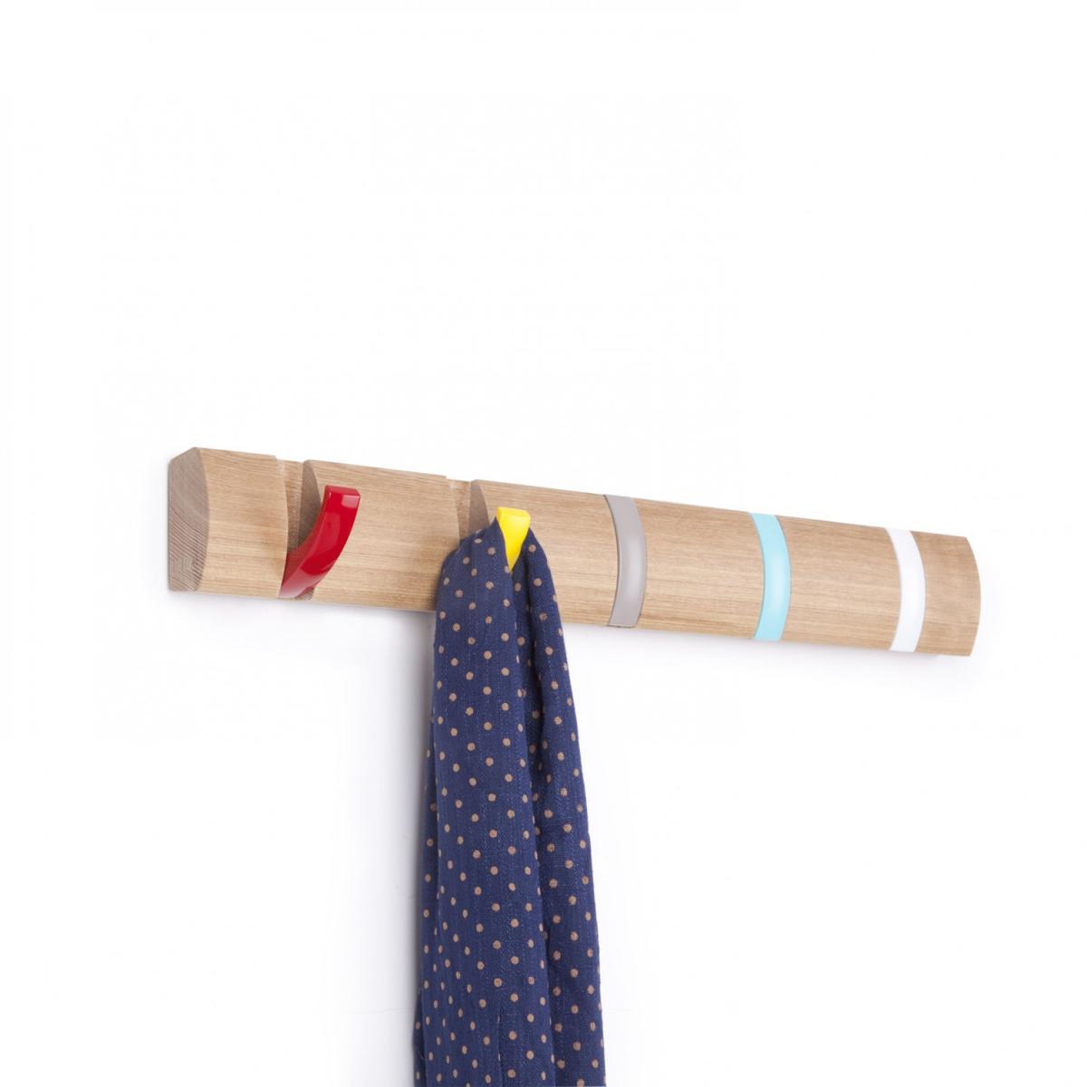 Вешалка настенная Umbra Flip, цвет: светло-коричневый, 5 крючков318850-727Стильная и прочная вешалка Umbra Flip интересной формы и оригинального дизайна изготовлена из дерева. Имеет 5 откидных крючков из никеля: когда они не используются, то складываются, превращая конструкцию в абсолютно гладкую поверхность. Вешалка Umbra Flip идеально подходит для маленьких прихожих и ограниченных пространств. Каждый крючок выдерживает вес до 2,3 кг.