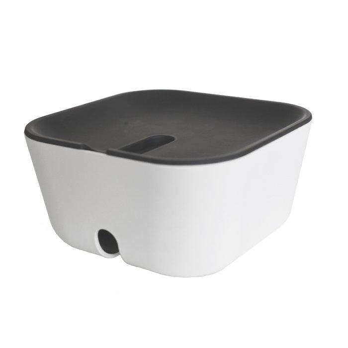 Органайзер для проводов Bosign Hideaway, цвет: белый, серый, 18 х 18 см291166Органайзер Bosign Hideaway соберет все ваши провода и кабели от зарядных устройств, планшетов, мобильных телефонов, компьютеров и прочих гаджетов в одном месте. В этом органайзере продумана каждая деталь для удобства и безопасности использования. Основание имеет специальные вставки для устойчивости органайзера и предохранения стола или пола от царапин. Пластиковая крышка плотно закрывается и имеет выемку для удобного использования проводов. Кроме того, основание также имеет специальное отверстие для проводов. Для зарядки гаджета, просто потяните за край кабеля и положите устройство на поверхность органайзера. По-настоящему оценить достоинства этой незаменимой вещицы можно лишь став ее обладателем. Размер органайзера: 18 см х 9 см х 18 см.