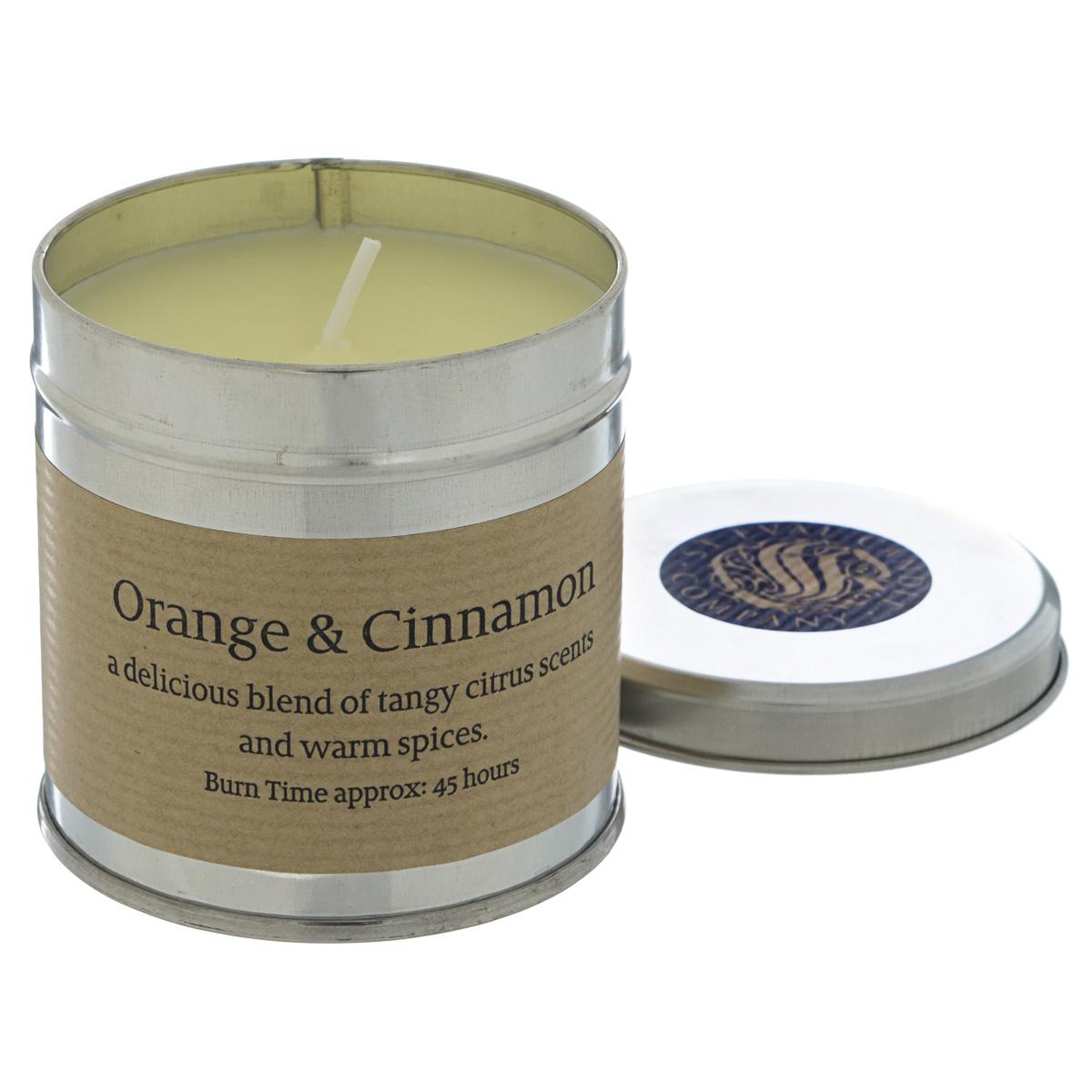 St Eval candle Апельсин с корицей ароматическая свеча в алюминии, 45 часовS-TIN/OCМягкий, но в то же время глубокий аромат теплых специй в сочетании с цитрусовыми. Свечи St Eval candle производятся вручную из природного воска в традиционном английском стиле, который давно уже стал бестселлером во всем мире.