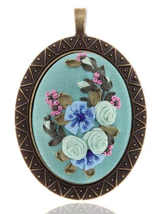 Кулон-подвес в стиле рококо. Натуральный шелк, французская вышивка, ювелирный сплав