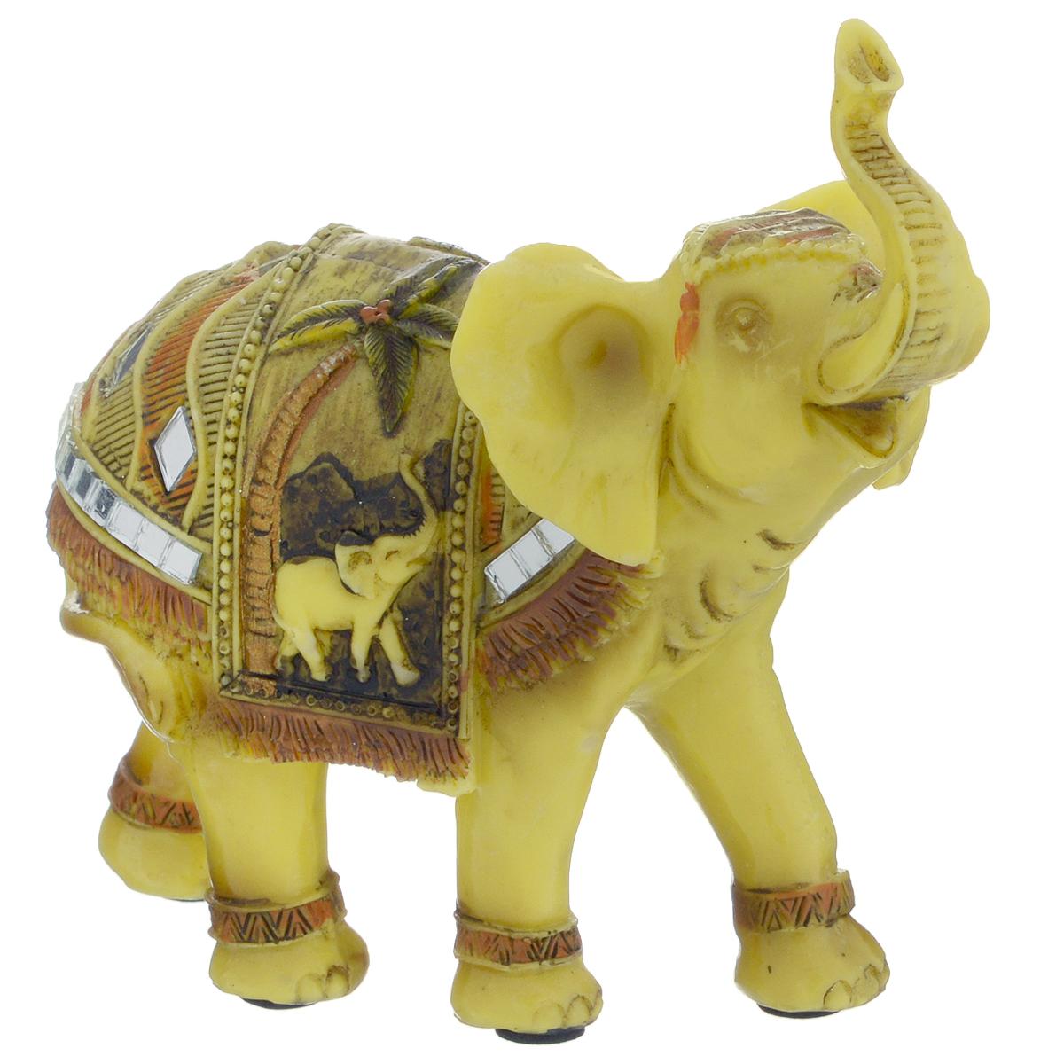 Фигурка декоративная Molento Бирманский слон, высота 11 см. 549-106549-106Декоративная фигура Molento Бирманский слон, изготовленная из полистоуна, позволит вам украсить интерьер дома, рабочего кабинета или любого другого помещения оригинальным образом. Изделие выполнено в виде слона с поднятым хоботом и украшенного зеркальными элементами. С такой декоративной фигурой вы сможете не просто внести в интерьер элемент оригинальности, но и создать атмосферу загадочности и изысканности. Размер фигурки: 12,5 см 11 см х 5 см. Если поставить фигурку слона на подоконник, хоботом по направлению в окно, то он будет втягивать удачу с улицы в помещение. Однако если слон смотрит внутрь квартиры, то это будет символом того, что удача уже находится в доме.