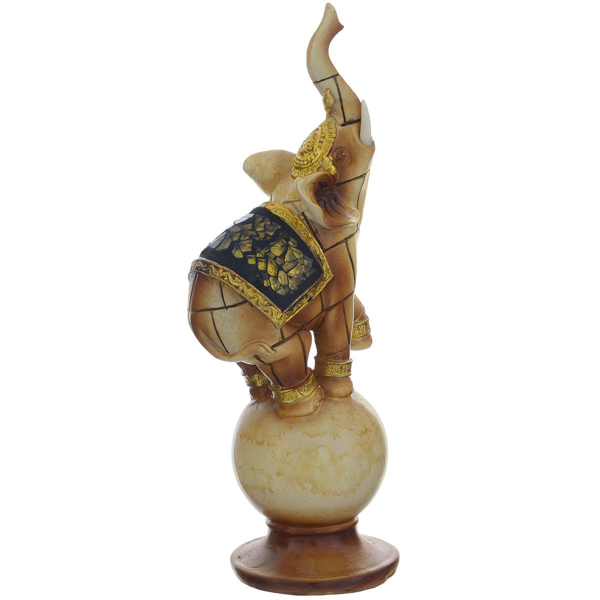 Фигурка декоративная Molento Слон на шаре, высота 21 см549-057Декоративная фигура Molento Слон на шаре, изготовленная из полистоуна, позволит вам украсить интерьер дома, рабочего кабинета или любого другого помещения оригинальным образом. Изделие, выполненное в виде слона на шаре, оформлено зеркальной россыпью. С такой декоративной фигурой вы сможете не просто внести в интерьер элемент оригинальности, но и создать атмосферу загадочности и изысканности. Размер фигурки: 8 см х 6 см х 21 см.