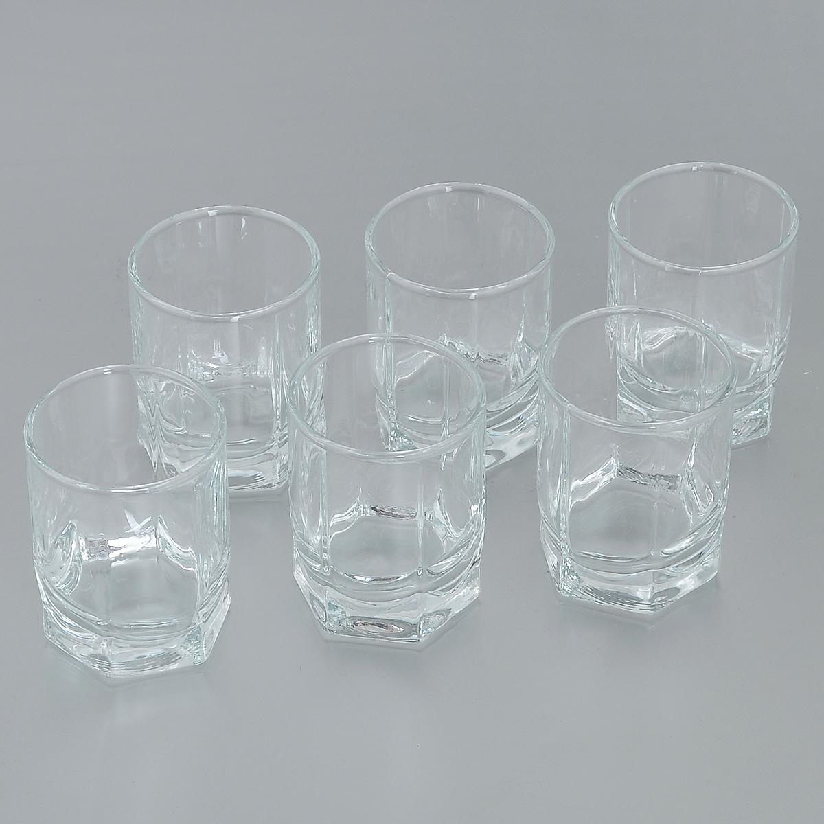Набор рюмок Pasabahce Tango, 60 мл, 6 шт42294BНабор Pasabahce Tango состоит из шести рюмок, изготовленных из прочного натрий-кальций-силикатного стекла. Изделия, предназначенные для подачи водки и других спиртных напитков, несомненно придутся вам по душе. Рюмки, оснащенные рельефной многогранной поверхностью, сочетают в себе элегантный дизайн и функциональность. Благодаря такому набору пить напитки будет еще вкуснее. Набор рюмок Pasabahce Tango идеально подойдет для сервировки стола и станет отличным подарком к любому празднику. Можно мыть в посудомоечной машине и использовать в микроволновой печи. Диаметр рюмки по верхнему краю: 4,5 см. Высота рюмки: 6 см.