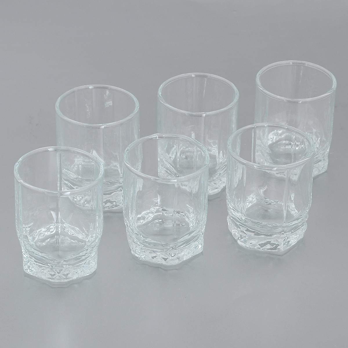 Набор рюмок Pasabahce Valse, 60 мл, 6 шт42294GRBНабор Pasabahce Valse состоит из шести рюмок, изготовленных из прочного натрий-кальций-силикатного стекла. Изделия, предназначенные для подачи водки и других спиртных напитков, несомненно придутся вам по душе. Рюмки, оснащенные рельефной многогранной поверхностью, сочетают в себе элегантный дизайн и функциональность. Благодаря такому набору пить напитки будет еще вкуснее. Набор рюмок Pasabahce Valse идеально подойдет для сервировки стола и станет отличным подарком к любому празднику. Можно мыть в посудомоечной машине и использовать в микроволновой печи. Диаметр рюмки по верхнему краю: 4,5 см. Высота рюмки: 6 см.