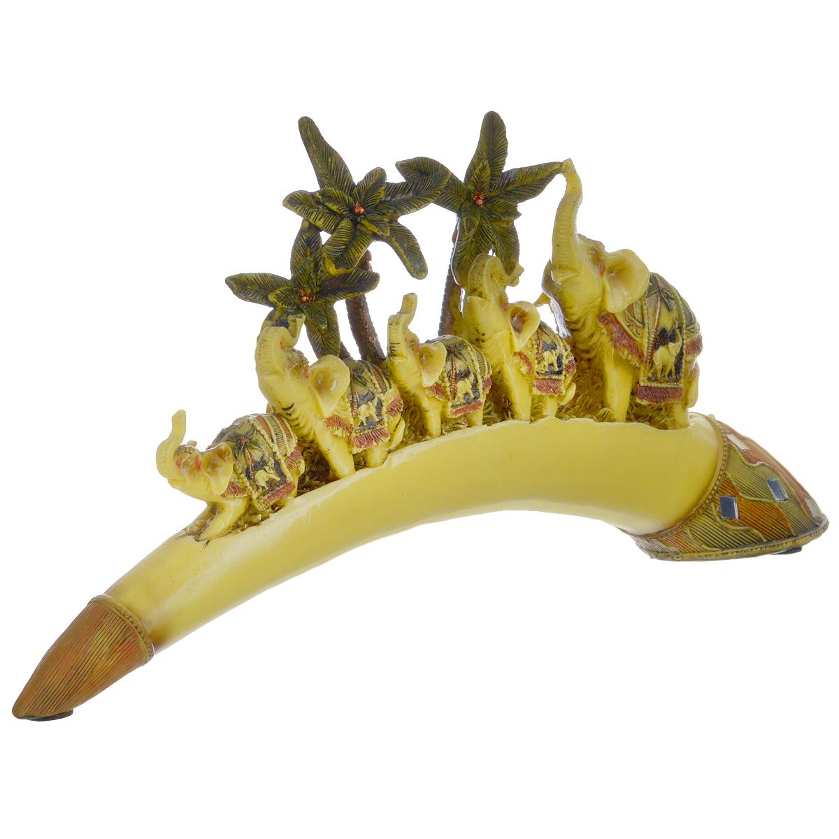 Фигурка декоративная Molento Счастливая пятерка, высота 16,5 см549-184Декоративная фигурка Molento Счастливая пятерка, выполненная из полистоуна, станет отличным украшением интерьера и подчеркнет его изысканность. Изделие выполнено в виде бивня слона, на котором расположена композиция из пальм и пяти слонов. Такая фигурка всегда сможет послужить приятным подарком для ваших друзей и близких. Размер фигурки: 35,5 см х 5,5 см х 16,5 см.