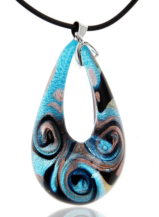 Кулон на шнурке Тайны лагуны. Муранское стекло голубого цвета, шнурок из каучука, ручная работа. Murano, Италия (Венеция)548010Кулон на шнурке Тайны лагуны. Муранское стекло голубого цвета, шнурок из каучука, ручная работа. Murano, Италия (Венеция), 2000-е гг. Размер: Кулон - 6 х 3 см. Шнурок - полная длина 43 см. Сохранность превосходная, изделие новое. Каждое изделие из муранского стекла уникально и может незначительно отличаться от того, что вы видите на фотографии. Муранское стекло пришло к нам из Италии, с острова Мурано (Murano), который находится в Венеции. Производством этого стекла занимается несколько семейных мастерских, расположенных на этом острове. Уникальные технологии производства передаются мастерами Мурано из поколения в поколение. Муранское стекло не содержит вредных примесей и красителей, окрашивание происходит путем введения окисей цветных металлов, меняющих свой цвет под воздействием высоких температур. Украшения из муранского стекла изготавливаются вручную, это превращает каждое изделие в настоящее произведение искусства. Все...