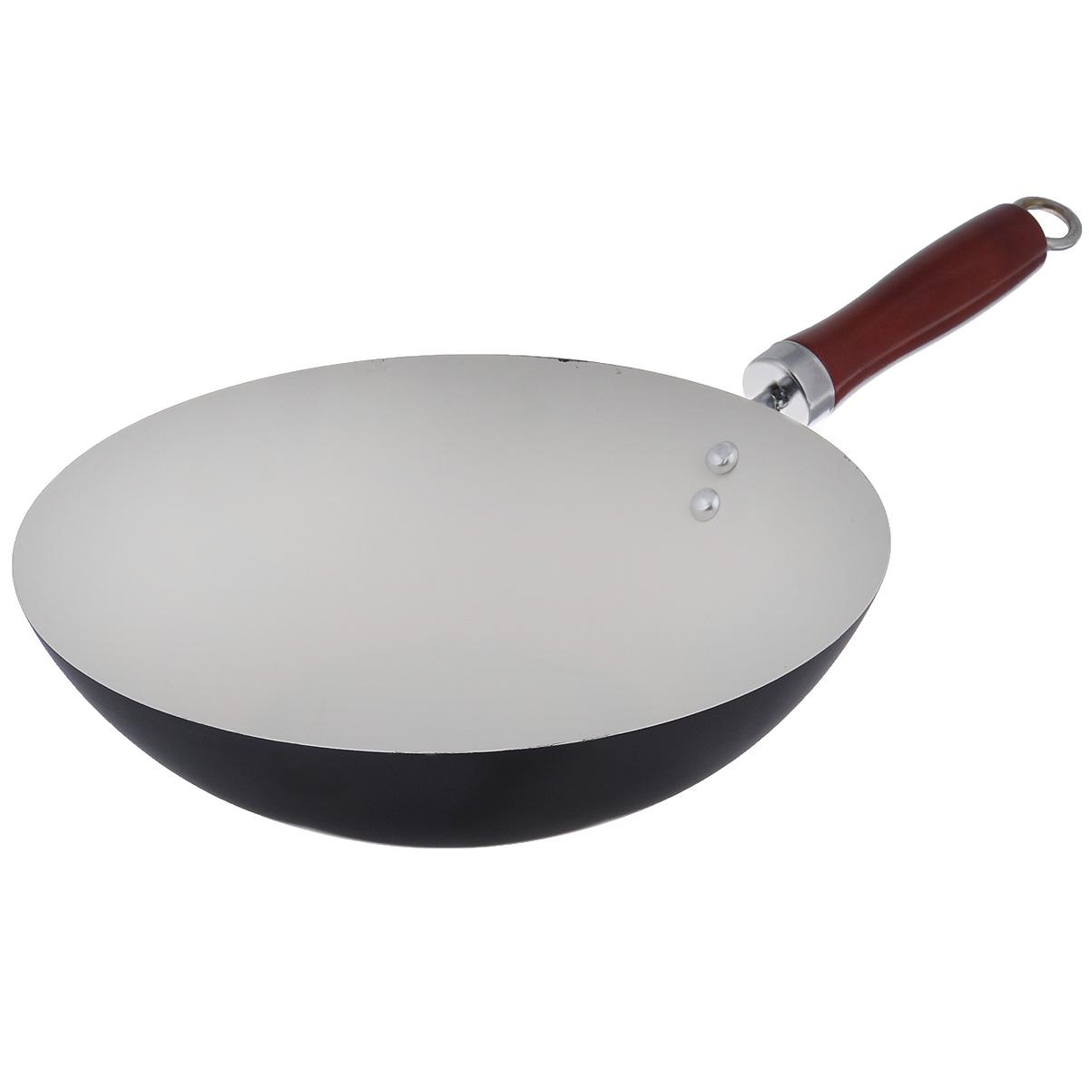 Сковорода-вок Mayer & Boch, с керамическим покрытием, цвет: черный. Диаметр 28 см. 2223822238Сковорода-вок Mayer & Boch изготовлена из углеродистой стали с высококачественным керамическим покрытием. Керамика не содержит вредных примесей ПФОК, что способствует здоровому и экологичному приготовлению пищи. Кроме того, с таким покрытием пища не пригорает и не прилипает к стенкам, поэтому можно готовить с минимальным добавлением масла и жиров. Гладкая, идеально ровная поверхность сковороды легко чистится, ее можно мыть в воде руками или вытирать полотенцем. Эргономичная ручка специального дизайна выполнена из дерева. Сковорода подходит для использования на газовых и электрических плитах. Не подходит для индукционных плит. Также изделие можно мыть в посудомоечной машине. Диаметр: 28 см. Высота стенки: 7,5 см. Толщина стенки: 1,2 мм. Толщина дна: 2 мм. Длина ручки: 17 см.