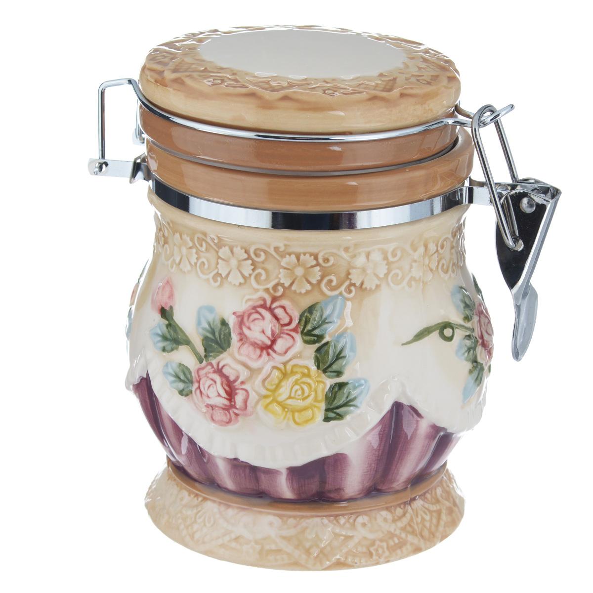 Банка для сыпучих продуктов Korall Романтика, с зажимом-клипсой, 650 мл902071Банка для сыпучих продуктов Korall Романтика изготовлена из прочной керамики высокого качества. Изделие оформлено рельефным изображением цветов. Банка прекрасно подойдет для хранения различных сыпучих продуктов: специй, чая, кофе, сахара, круп и многого другого. Крышка плотно закрывается с помощью металлического зажима-клипсы, дольше сохраняя свежесть продуктов. Объем: 650 мл. Диаметр (по верхнему краю): 9 см. Высота банки (с крышкой): 14,5 см.