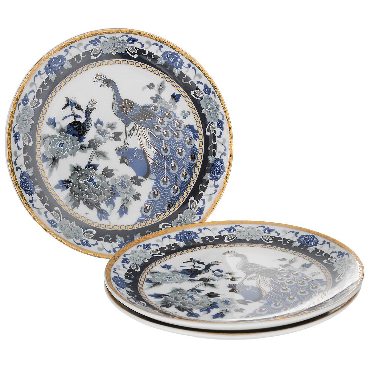 Набор тарелок Saguro Синий павлин, диаметр 18,5 см, 3 шт545-758Набор Saguro Синий павлин состоит из трех тарелок, изготовленных из фарфора. Изделия оформлены золотой каемкой и изображением павлинов и цветов. Такие тарелки сочетают в себе изысканный дизайн с максимальной функциональностью. Красочность оформления придется по вкусу тем, кто предпочитает классику и утонченность. Оригинальные тарелки украсят сервировку вашего стола и подчеркнут прекрасный вкус хозяйки, а также станут отличным подарком. Не использовать в микроволновой печи. Не применять абразивные чистящие вещества. Диаметр тарелки: 18,5 см.