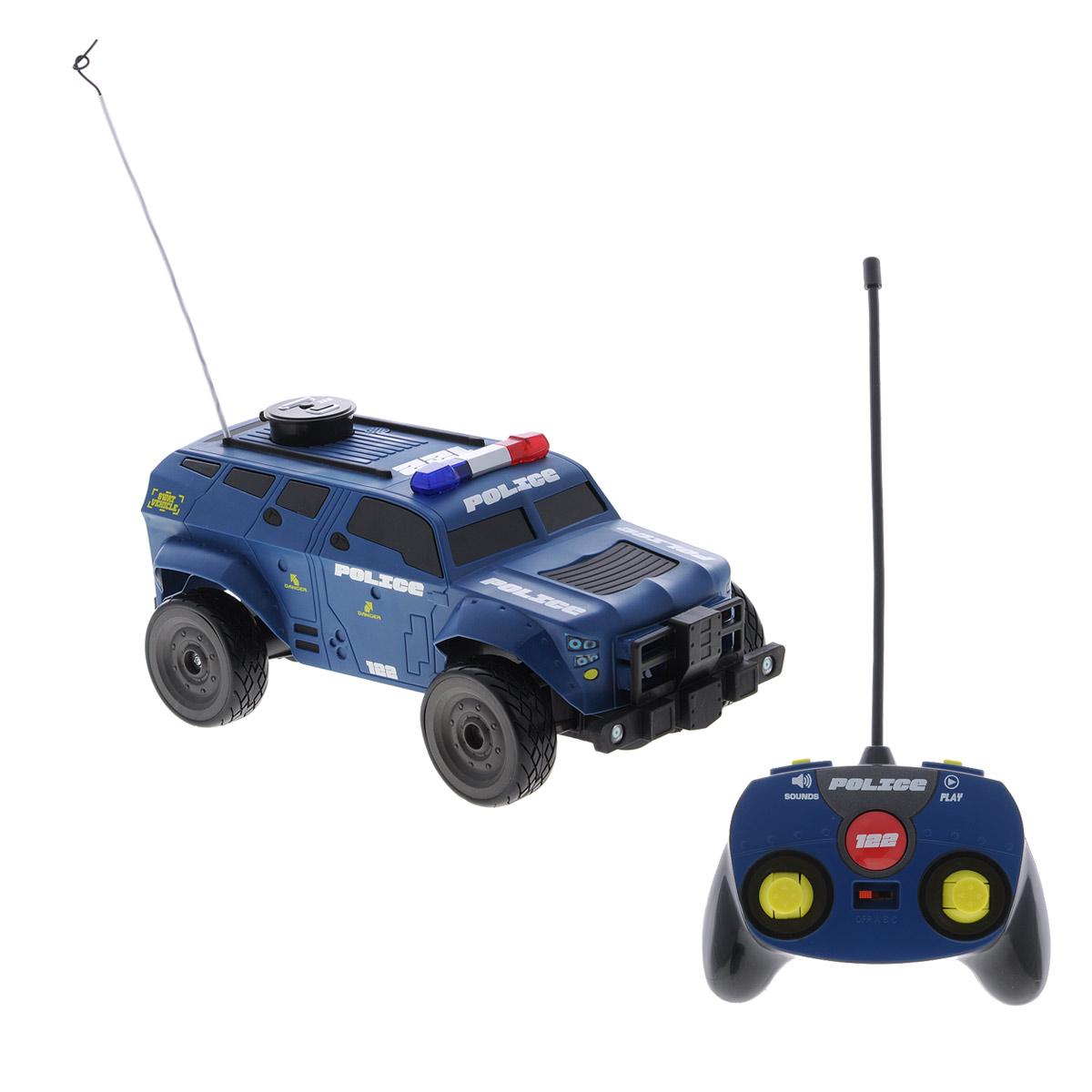 Maisto Машина на радиоуправлении Voice Defender81176Радиоуправляемая модель Maisto Полицейский внедорожник Voice Defender обязательно привлечет внимание взрослого и ребенка и несомненно понравится любому, кто увлекается автомобилями. Машинка обладает легким, но прочным каркасом из высококачественного пластика, повышенной амортизацией колес, усиленной защитой. Шины выполнены из мягкой резины. При нажатии на корпус замигают проблесковые маячки на крыше, раздастся звук сирены и команды полицейского. Отличительной чертой этого автомобиля является наличие устройства, позволяющего осуществлять запись и последующее воспроизведение голоса или каких-либо звуков (длительность записи до 15 секунд). Для записи нужно нажать кнопку REC на крыше модели. Управление автомобилем осуществляется с помощью удобного пульта управления. Машинка может перемещаться вперед, дает задний ход, поворачивает влево и вправо, останавливается. 3 канала управления дают возможность играть троим игрокам одновременно рядом друг с другом. ...