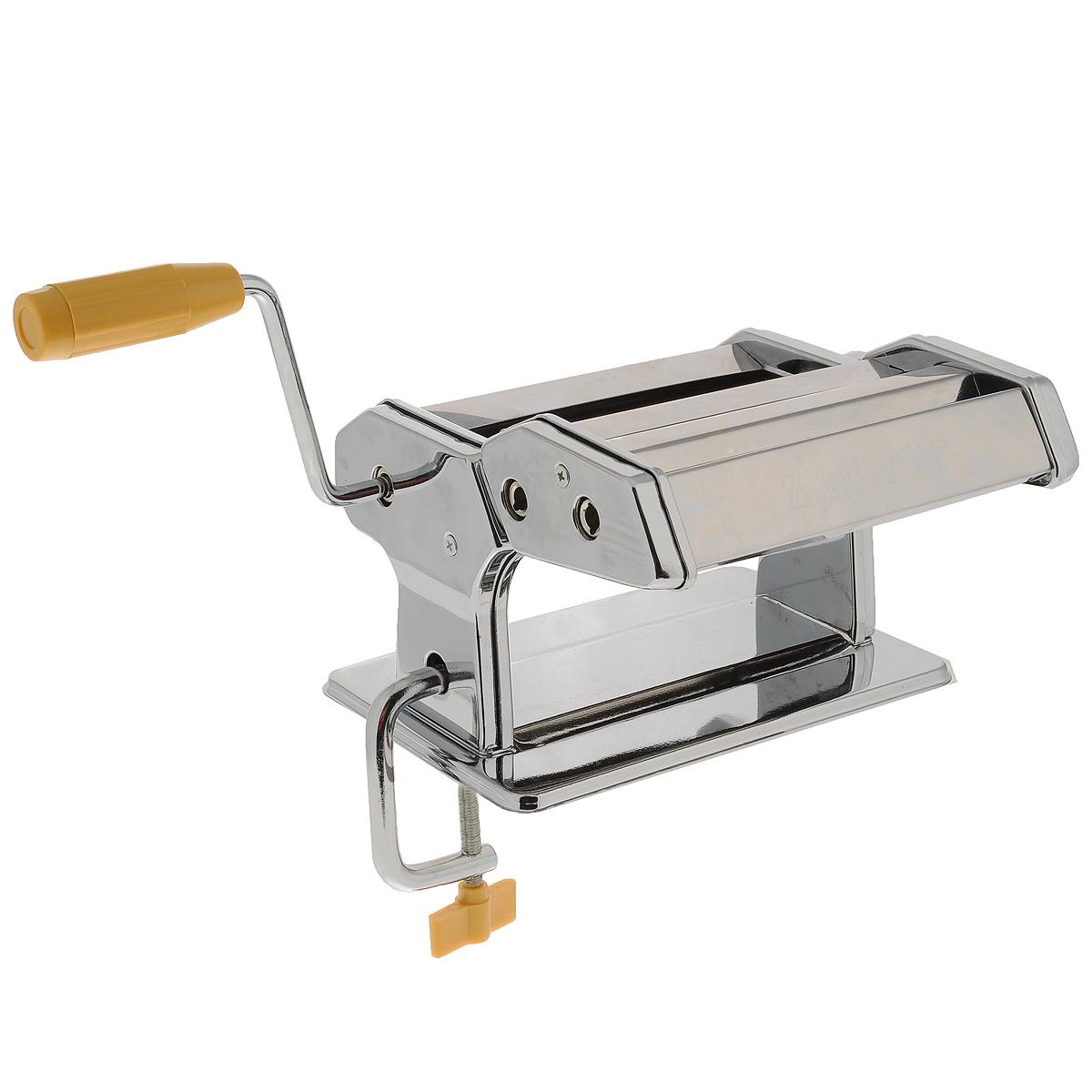 Лапшерезка ручная ZeidanZ-1167Ручная лапшерезка Zeidan изготовлена из высококачественной нержавеющей стали с зеркальной полировкой. Изделие прекрасно подходит для раскатки теста для лазаньи, домашней лапши или пасты. Лапшерезка оснащена валиком для раскатки теста и съемной ручкой. В комплекте - струбцина для крепления к столу. Принцип работы лапшерезки очень прост: вращая рукоятку, вы запускаете валики, которые позволяют раскатать идеально тонкое тесто, с помощью ручки раскатанное тесто также можно разрезать на узкие или широкие полоски. Для удобства использования ручка оснащена пластиковой вставкой. Лапшерезка Zeidan имеет 9 режимов толщины раскатки теста и позволяет нарезать 2 вида лапши. Размер лапшерезки (ДхШхВ): 21 см х 14 см х 12,5 см. Ширина плоской лапши: 6,5 мм. Ширина спагетти: 2 мм. Материал: нержавеющая сталь, пластик.