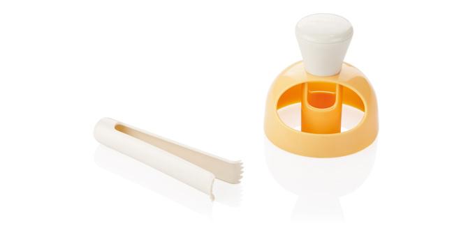 Форма для пончиков Tescoma Delicia, с щипцами для намачивания, цвет: желтый, серый630047Форма Tescoma Delicia предназначена для приготовления домашних пончиков. Используйте форму чтобы вырезать пончики из теста. Готовое тесто обжарьте в масле. Используя специальные щипцы, окуните готовый пончик в глазурь. Изготовлено из прочной пластмассы. Можно мыть в посудомоечной машине. Диаметр приспособления: 8 см. Длина щипцов: 11 см.