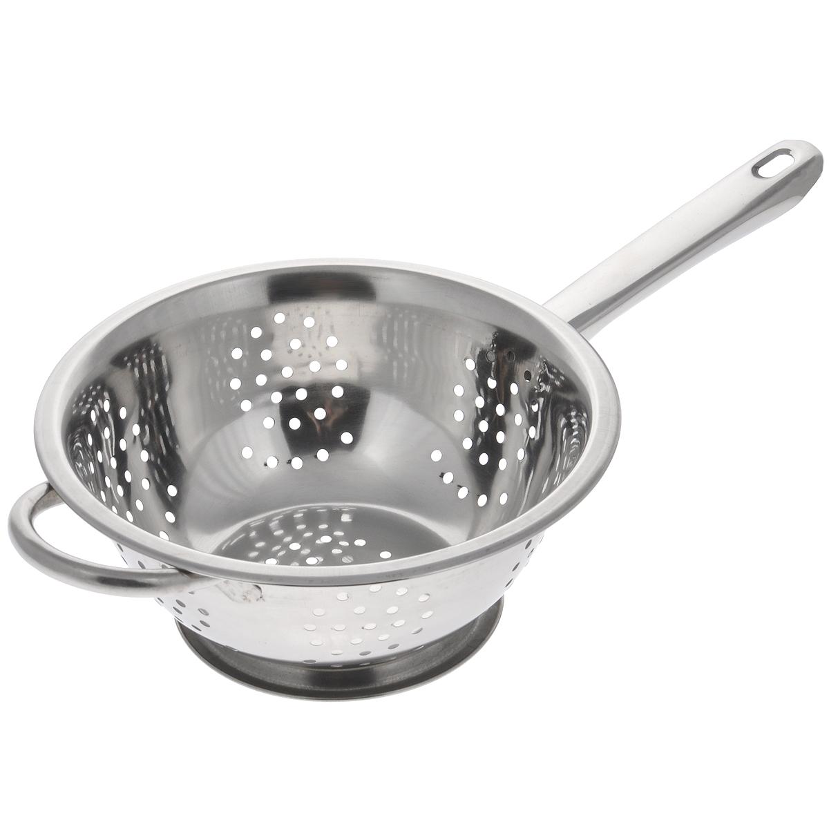 Дуршлаг Padia, диаметр 20 см. 5100-195100-19Дуршлаг Padia, изготовленный из высококачественной нержавеющей стали, станет полезным приобретением для вашей кухни. Он идеально подходит для процеживания, ополаскивания и стекания макарон, овощей, фруктов. Дуршлаг оснащен устойчивым основанием, длинной и короткой ручками. Диаметр дуршлага (без учета ручек): 20 см. Внутренний диаметр: 18 см. Длина дуршлага (с учетом ручек): 35 см. Высота стенки дуршлага: 7 см.