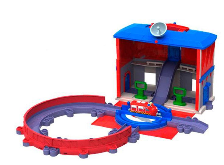 Chuggington Игровой набор Главная станцияLC54244Игровой набор Chuggington Главная станция - это увлекательный набор, который сможет познакомить вашего ребенка с железнодорожными приключениями веселого и задорного паровозика. Набор представлен в виде двухуровневой станции с открывающимися воротами и вращающейся платформой. Также в набор входит кольцевая железная дорога и паровозик Уилсон. Набор можно использовать в качестве кейса для хранения трека и паровозиков. Ваш ребенок с удовольствием будет играть с набором, проигрывая сюжеты мультфильма или придумывая новые истории. Чаггингтон - удивительный городок из мульсериала Веселые паровозики из Чаггингтона, населенный приветливыми паровозиками. Каждый день они узнают что-то новое, радуются открытиям и обожают приключения! Центр Чаггингтона - депо, место обитания дружных паровозов. Каждый день отсюда в разные концы города и за его пределы отправляются составы, чтобы доставить по адресам важные грузы. Трое друзей - паровозики Коко,...