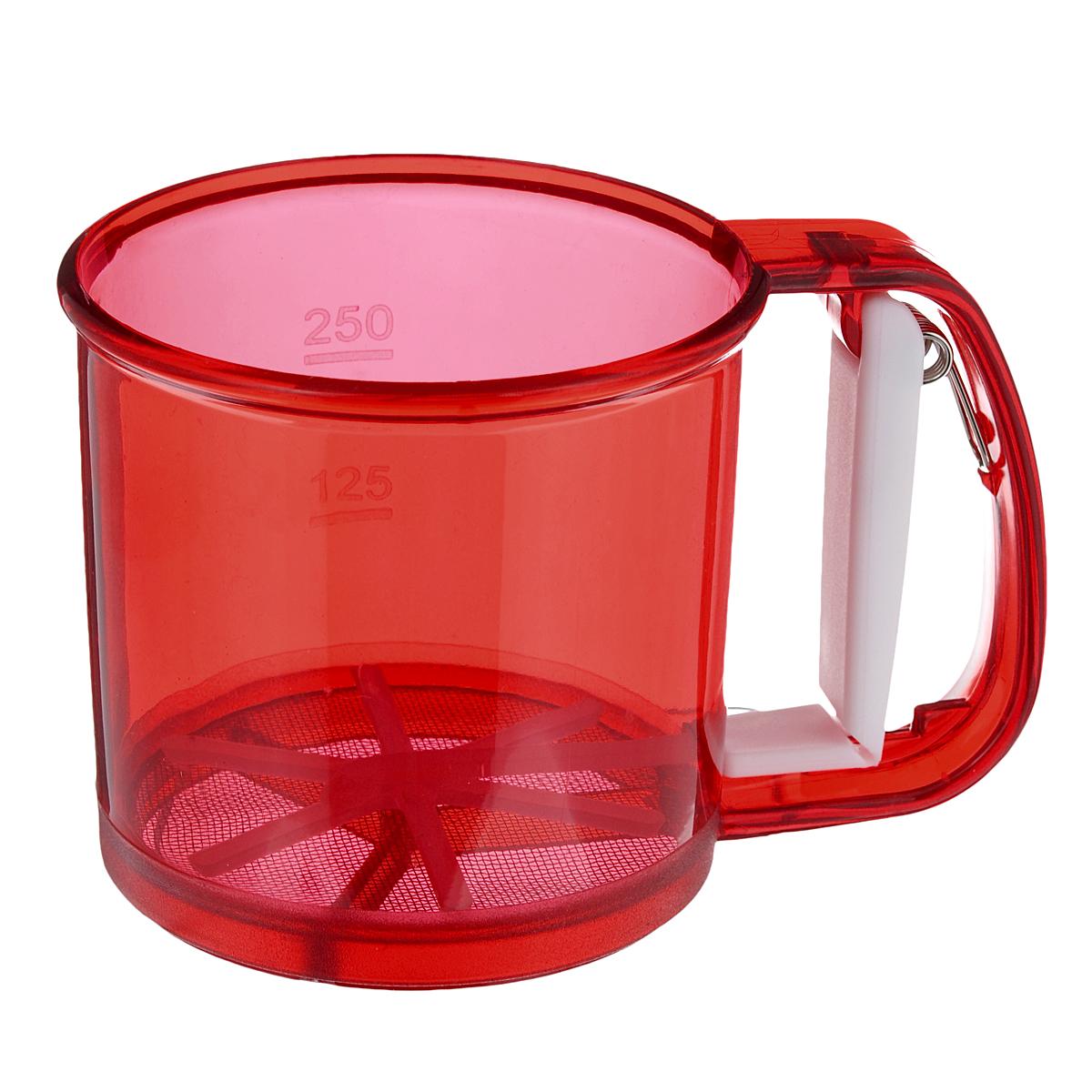 Кружка-сито Аква, цвет: красный, 250 г831-034Кружка-сито Аква изготовлена из высококачественного пластика и нержавеющей стали. Удобный механизм с рычагом на ручке позволяет быстро и эффективно просеивать муку. Кружка-сито Аква станет достойным дополнением к коллекции кухонных аксессуаров. Диаметр (по верхнему краю): 10,5 см. Высота: 9,5 см. Объем: 250 г.