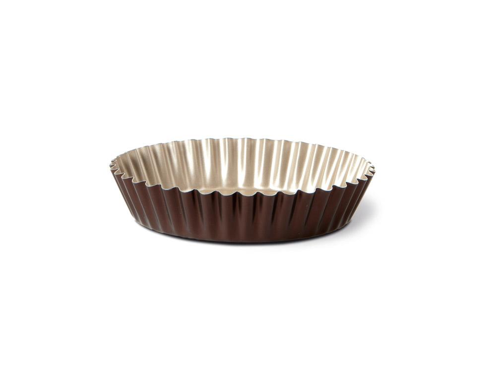 Форма для торта TVS Dolci Idee рифленая, с антипригарным покрытием, цвет: золотистый, шоколадный, диаметр 26 см82079261030301Круглая рифленая форма для торта TVS Dolci Idee изготовлена из высококачественного алюминия с внутренним антипригарным покрытием Ipertek. Оригинальная по дизайну форма имеет внутренне покрытие золотистого цвета, а внешнее шоколадного. На дне формы имеется шелкотрафаретное нанесение рецепта вкусного торта. Форма предназначена для использования в духовом шкафу. Можно мыть в посудомоечной машине. Простая в уходе и долговечная в использовании форма для торта TVS Dolci Idee будет верной помощницей в создании ваших кулинарных шедевров. Диаметр формы: 26 см. Высота стенки: 5 см.