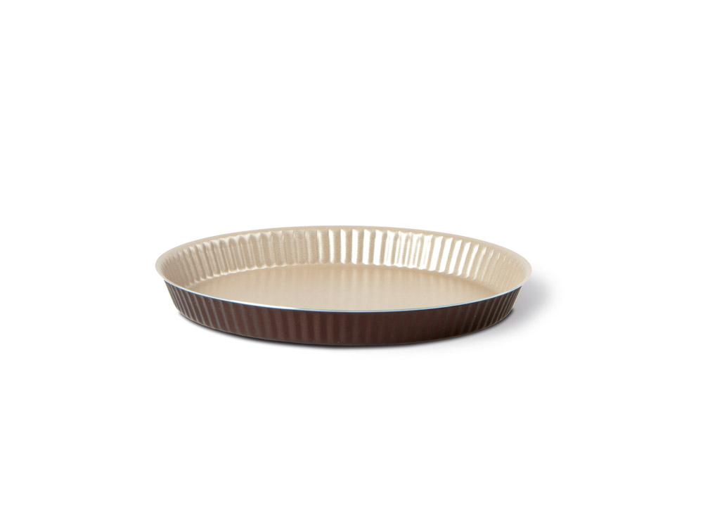 Форма для торта TVS Dolci Idee рифленая, с низким бортом, с антипригарным покрытием, цвет: золотистый, шоколадный, диаметр 27 см82077271030501Круглая рифленая форма для торта TVS Dolci Idee изготовлена из высококачественного алюминия с внутренним антипригарным покрытием Ipertek. Оригинальная по дизайну форма имеет внутренне покрытие золотистого цвета, а внешнее шоколадного. Стенки формы низкие и рифленые, что позволит без труда вынуть готовый корж. На дне формы имеется шелкотрафаретное нанесение рецепта вкусного торта. Форма предназначена для использования в духовом шкафу. Можно мыть в посудомоечной машине. Простая в уходе и долговечная в использовании форма для торта TVS Dolci Idee будет верной помощницей в создании ваших кулинарных шедевров. Диаметр формы: 27 см. Высота стенки: 2 см.