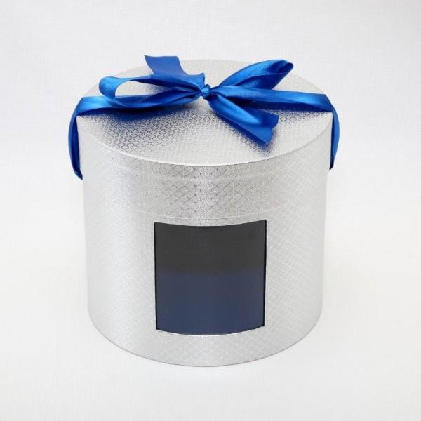 Коробка шляпная с окном БЛЕСК, 23 см х 20 см4610009211756Дизайнерская фактурная бумага-металлик, лента-бант, окно. Внутри картонная перегородка Вместимость 3 кг. Картон, бумага