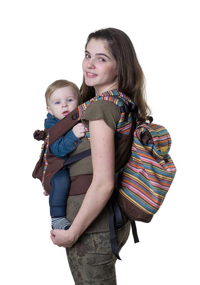 Сумка-рюкзак для мамы Чудо-Чадо Уичоли, цвет: шоколадныйСРМ01-001Уичоли - это племя индейцев, которые носят множество вышитых сумочек, любят слинги, сумки, ткачество и вышивку. За это антропологи назвали их племенем художников. Сумка-рюкзак Уичоли выполнена в этно-стиле из натуральной, дышащей, гипоаллергенной, износостойкой и простой в уходе ткани. Она содержит одно отделение, затягивается сверху на кулиску и дополнительно закрывается клапаном на пуговице. Сумка- рюкзак оснащена регулируемыми по длине лямками для переноски на спине и текстильной ручкой для переноски в руке. При необходимости лямки могут соединяться с помощью застежки-молнии, образуя тем самым широкую лямку. Уважаемые клиенты! Обращаем ваше внимание на то, что слинг-рюкзак в комплект не входит.
