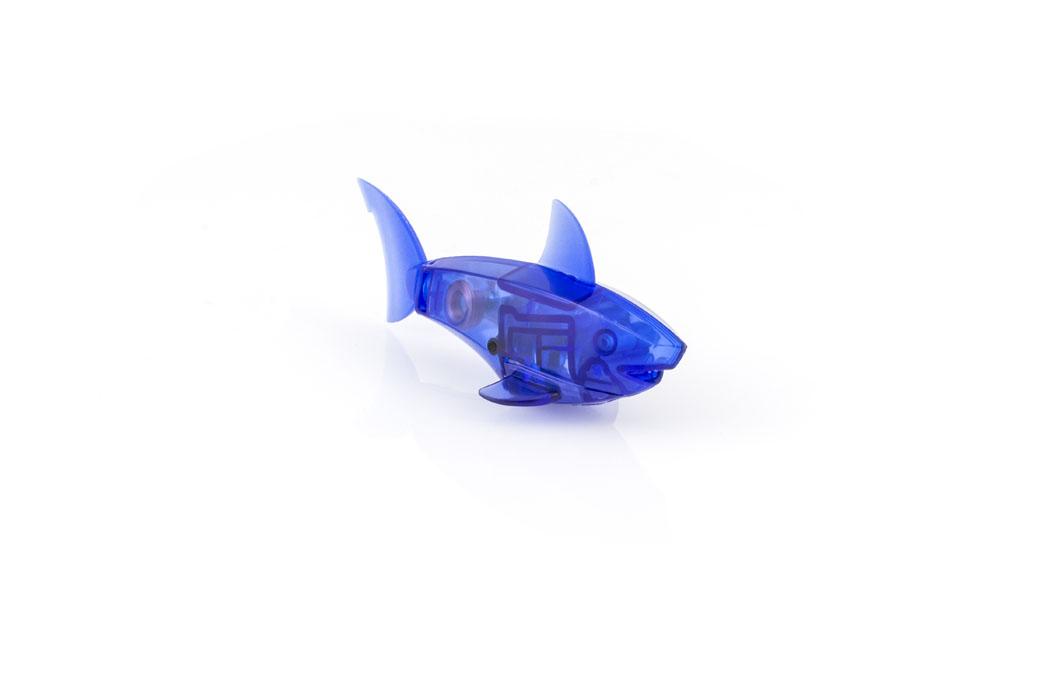 Микро-робот рыбка Hexbug Aquabot Shark, цвет: синий460-3028_2Уникальный микро-робот рыбка Микро-робот рыбка Hexbug Aquabot Shark изготовлен из безопасного пластика и выполнен в виде акулы. Теперь микро-роботы осваивают и водные глубины! Hexbug Aquabot Shark плавает как настоящая акула и непредсказуем в направлении движения. Опустите его в воду и он оживет! Если микро-робот замер, то достаточно просто всколыхнуть воду и он снова поплывёт. Вне воды он автоматически выключается. Для работы игрушки необходимы 2 батареи типа LR44 (входят в комплект). Гарантия 15 дней.