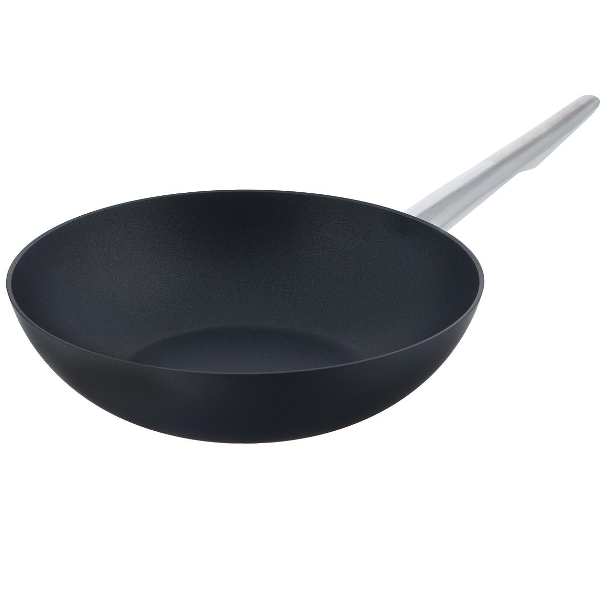 Сковорода-вок TVS Maestrale, с антипригарным покрытием, цвет: черный. Диаметр 28 см1V761283310001Сковорода-вок TVS Maestrale выполнена из алюминия с внешним лаковым покрытием черного цвета и обладает превосходной теплопроводностью. Внутреннее антипригарное покрытие Toptec позволяет готовить пищу с минимальным использованием масла. Прочная поверхность сковороды не боится механических повреждений. Эргономичная ручка, изготовленная из нержавеющей стали, имеет плавные формы, которые подчеркивают стиль сковороды. Сковорода-вок TVS Maestrale изготовлена из экологичных материалов, что делает ее пригодной для приготовления пищи детям. Подходит для всех видов плит, включая индукционные. Сковороду-вок TVS Maestrale можно использовать в духовому шкафу. Максимальная температура 230°С. Можно мыть в посудомоечной машине. Особенностью коллекции Maestrale является фурнитура из нержавеющей стали с изящными формами, очень эффектно сочетающаяся с литым корпусом изделий с черным антипригарным покрытием Toptec. Дно сковород и кастрюль, входящих в...