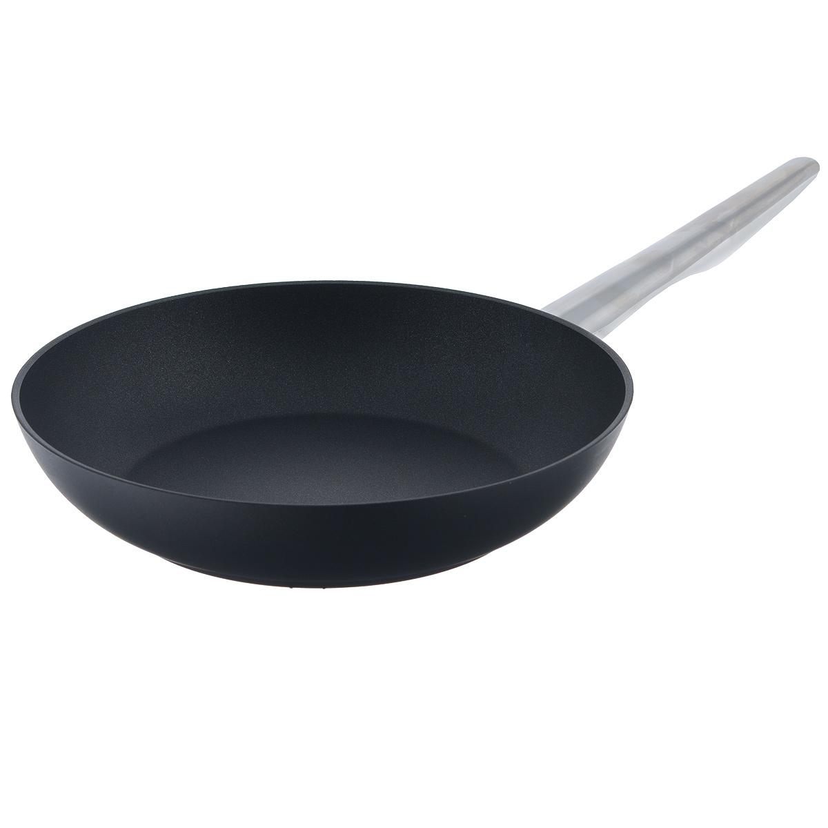 Сковорода TVS Maestrale, с антипригарным покрытием, цвет: черный. Диаметр 24 см1V278243310001Сковорода TVS Maestrale выполнена из алюминия с внешним лаковым покрытием черного цвета и обладает превосходной теплопроводностью. Внутреннее антипригарное покрытие Toptec позволяет готовить пищу с минимальным использованием масла. Прочная поверхность сковороды не боится механических повреждений. Эргономичная ручка, изготовленная из нержавеющей стали имеет плавные формы, которые подчеркивают стиль сковороды. Сковорода TVS Maestrale изготовлена из экологичных материалов, что делает ее пригодной для приготовления пищи детям. Подходит для всех видов плит, включая индукционные. Сковороду TVS Maestrale можно использовать в духовому шкафу. Максимальная температура 230°С. Можно мыть в посудомоечной машине. Особенностью коллекции Maestrale является фурнитура из нержавеющей стали с изящными формами, очень эффектно сочетающаяся с литым корпусом изделий с черным антипригарным покрытием Toptec. Дно сковород и кастрюль, входящих в коллекцию, имеет...