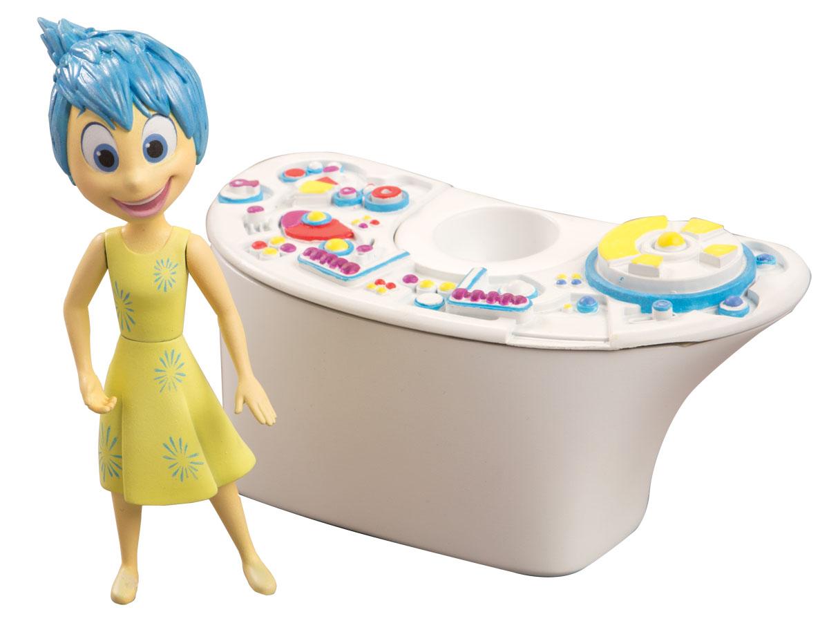Головоломка Игровой набор Консоль управления61112Игровой набор Disney Pixar Консоль управления станет отличным подарком для всех поклонников мультфильма Головоломка (Inside Out). Консоль управления – это приспособление, которым пользовались эмоции, чтобы контролировать настроение и поступки Райли. Консоль управления взаимодействует с базовыми фигурками эмоций - при приближении к ней, они начинают светиться. Консоль также совместима с набором Центр управления Эмоциями. В комплекте с консолью поставляется также фигурка Радости – одной из главных и любимых эмоций Райли. Рекомендуется докупить 4 батарейки типа ААА (товар комплектуется демонстрационными).