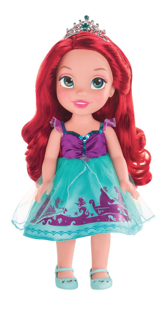 Disney Princess Кукла Малышка Ариэль цвет платья бирюзовый фиолетовый750050Кукла Disney Princess Малышка Ариэль - прекрасная принцесса, которая обязательно понравится вашей дочурке. Туловище куклы выполнено из высококачественного пластика; голова, ручки и ножки подвижны. Принцесса одета в платье, точь в точь как на героине из мультфильма. На ножках туфельки. Кукла имеет красивые длинные волосы, которые можно заплетать в различные прически. На голове королевская тиара. Главная особенность куклы - большие глаза, которые блестят как настоящие. Глазки изготовлены по запатентованной технологии Eyes Reflection. Такая куколка очарует вас и вашу дочурку с первого взгляда! Ваша малышка с удовольствием будет играть с принцессой, проигрывая сюжеты из мультфильма или придумывая различные истории. Порадуйте свою дочурку таким замечательным подарком!